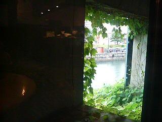 喫茶店から小樽の運河を眺める